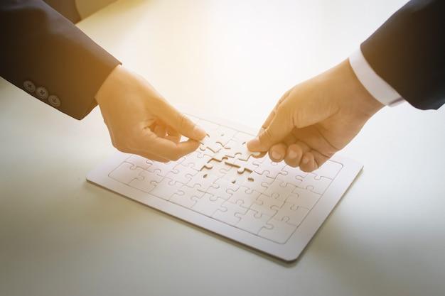 ビジネスマンとジグソーパズル