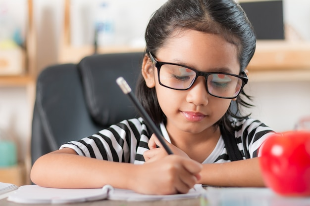 宿題をしているアジアの少女