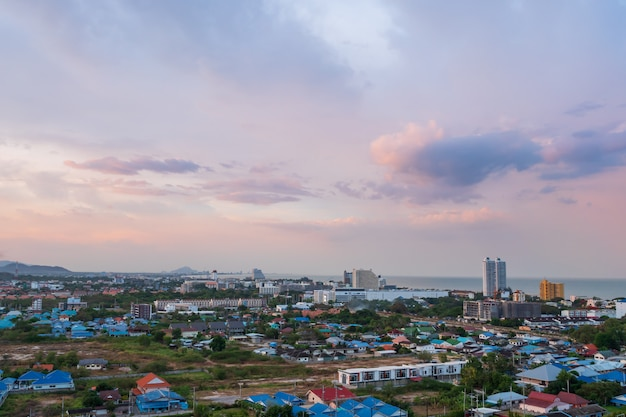 嵐雲雨と街の空撮風光明媚な風景が来る