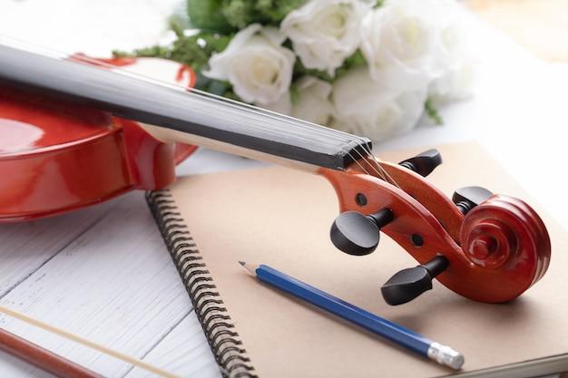 クローズアップショットバイオリンヘッドストックオーケストラ楽器
