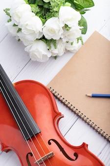 バイオリンオーケストラの楽器とノート