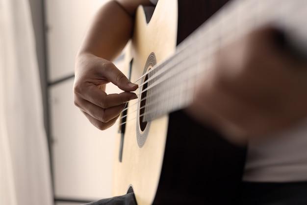 アコースティッククラシックギタージャズとイージーリスニングスタイルのミュージシャンを演奏する女性の手