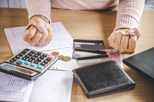 問題のある貧しい女性はクレジットカードのためのお金なし