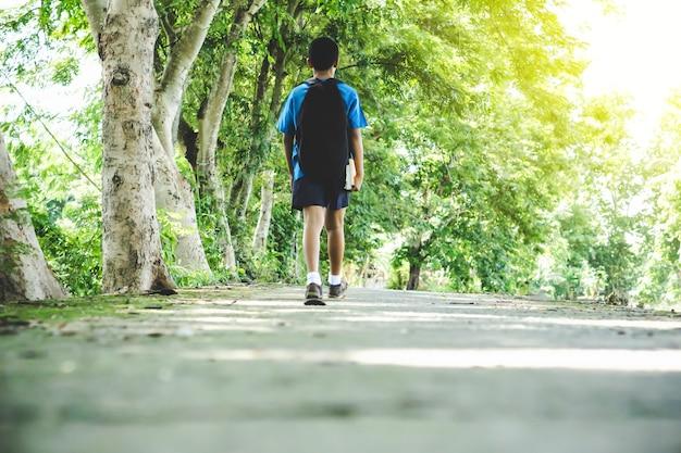Азиатский мальчик-мальчик, идущий в школу утром