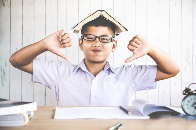 不幸なアジアの少年学生は勉強したくない