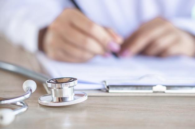 医者の机の上の聴診器