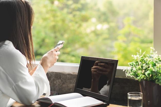 Бизнес женщина рука смартфон