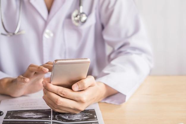 病院で働いている間にスマートフォンを使って医者の手