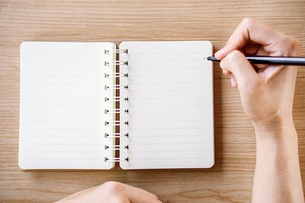 ノートに書く女性手