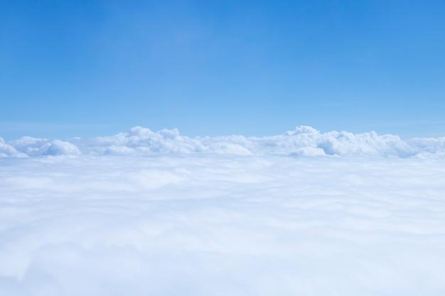 Вид сверху голубое небо и облако.