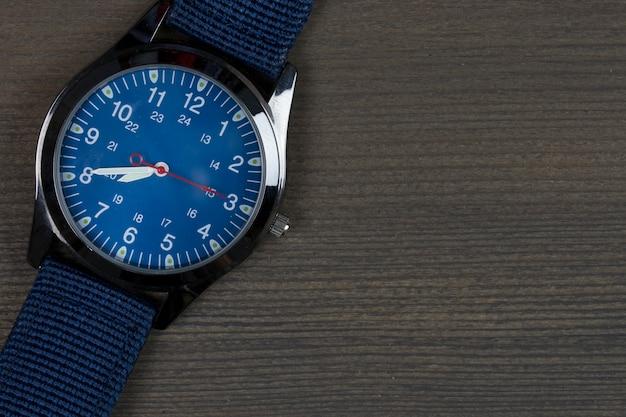 Наручные часы на деревянном столе