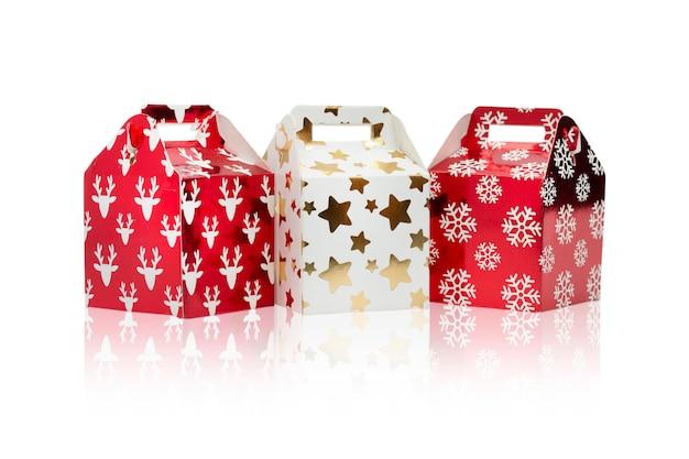 誕生日、クリスマスと新年の白い背景で隔離のギフトボックス