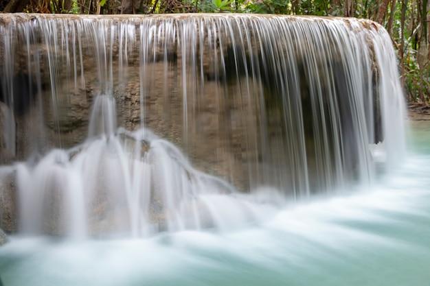 美しい滝のクローズアップ