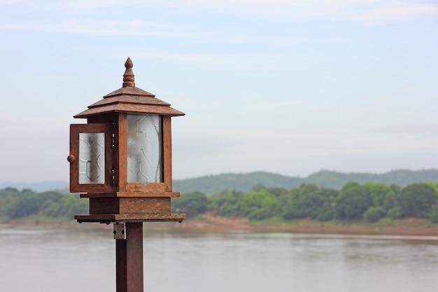 Лампа на террасе и фоне реки