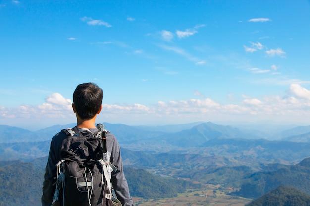 山の上に立っている人