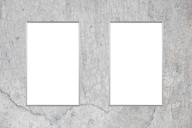 Пустой рекламный щит на бетонной стене
