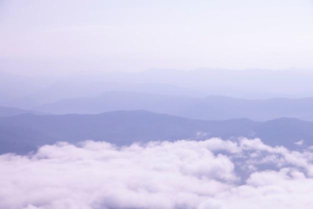 美しい景色、マウンテンビューには美しい朝の霧があります。