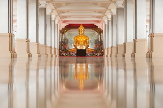 寺院で仏座り瞑想の像。