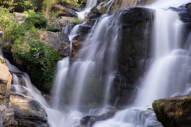 美しい滝のクローズアップ。