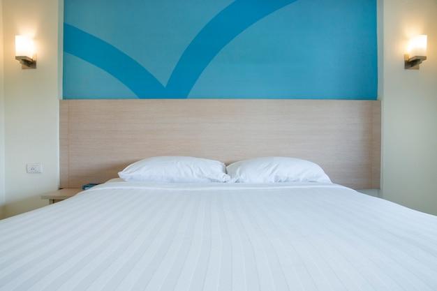 キングサイズのベッドインテリアベッドルームと快適なベッドルームのインテリア。