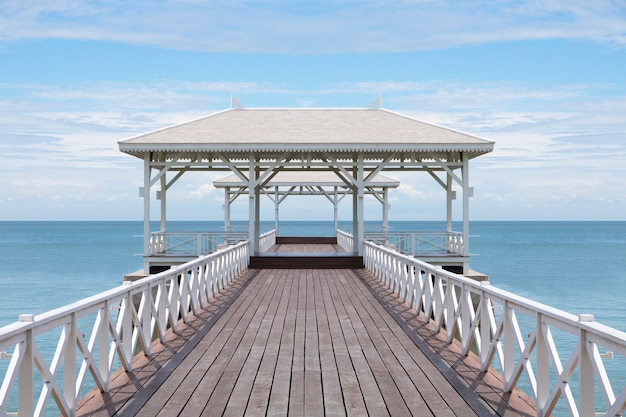 木製の橋は海のパビリオン、晴れた日に美しいビーチに行く