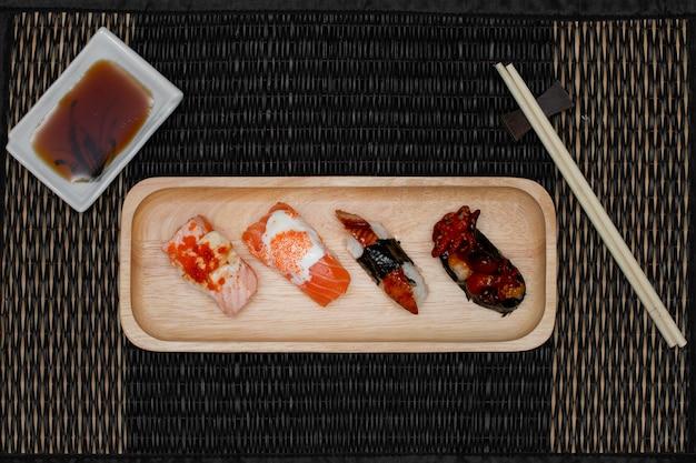 箸とソースで皿に寿司を設定します。上面図。