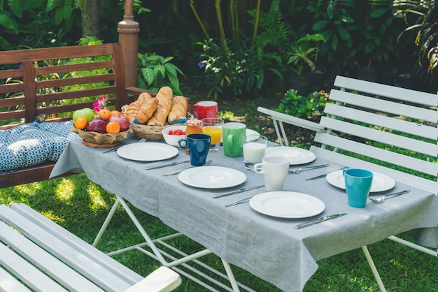 庭の食物と一緒に朝食用のテーブル