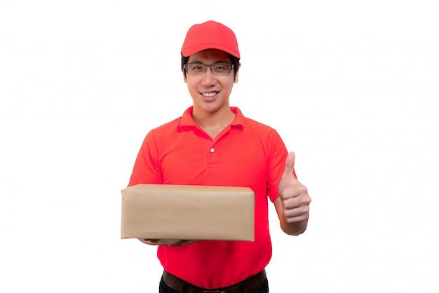 Доставка человек в красной форме, держа коробку с давать большие пальцы руки вверх