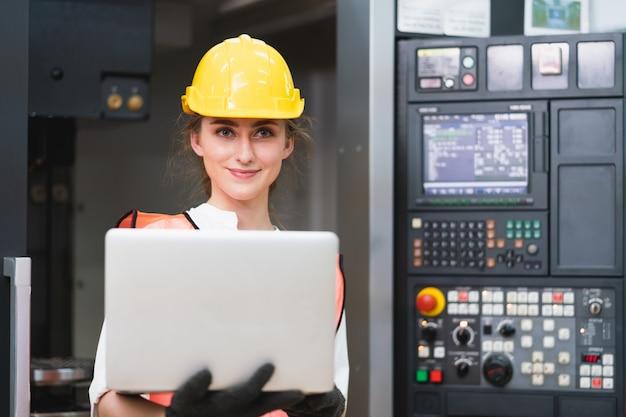Работница с жилетом безопасности и желтый шлем на работе