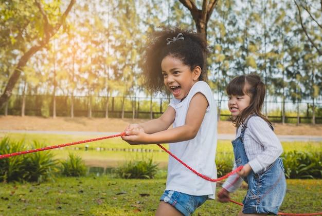 公園で戦争の遊ぶ子供たち