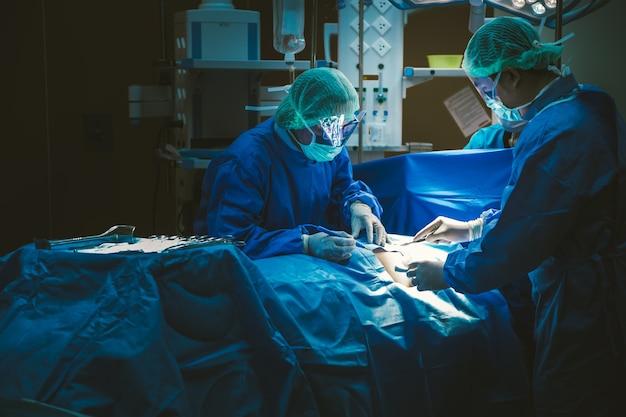 病院の手術室での医師の手術