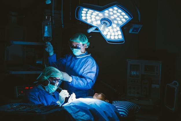 手術室での医師の手術