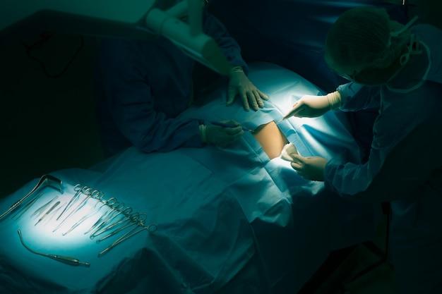 保険の広告のための病院の概念で手術室の医師の操作。