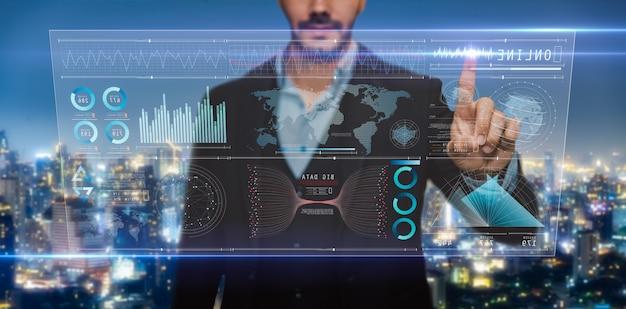 Анализ бизнесмена на цифровом экране, технологическом цифровом футуристическом виртуальном интерфейсе, бизнес-стратегии и больших данных.