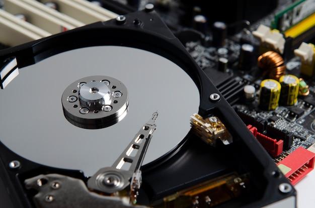 Закройте снимок, размонтированный жесткий диск, который входит в состав компьютера, пк, ноутбука