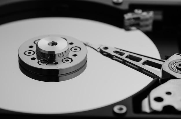 Закройте снимок, размонтированный жесткий диск, который входит в состав компьютера