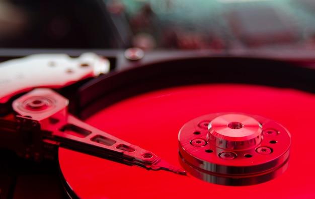 Закройте снимок, цветная демонтированная часть жесткого диска компьютера