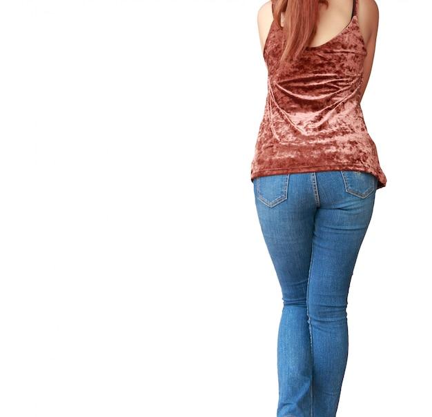 Красивое тело женщины с коричневыми рубашками и синими джинсами