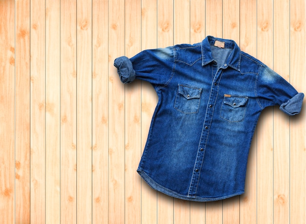 茶色の木製にブルーのデニムジーンズ