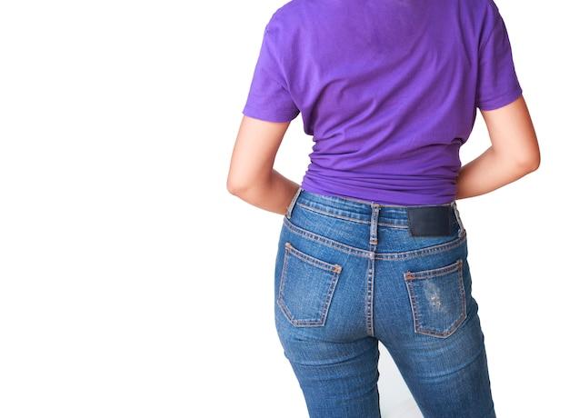 Красивое тело женщины с фиолетовой футболкой и синими джинсами