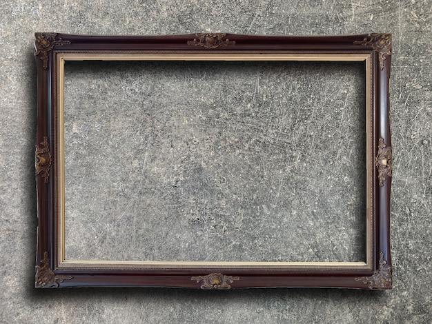 セメントの壁に素朴な額縁