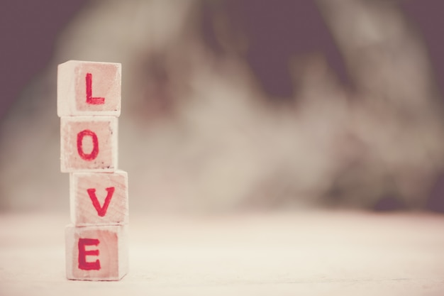 Любовное послание написано в деревянных блоках.
