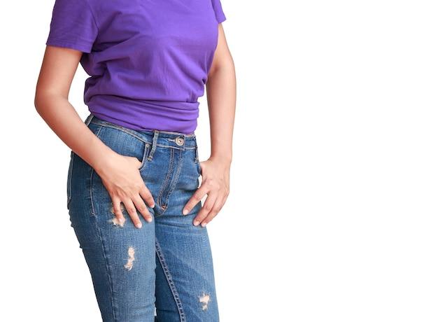 Красивая женщина с фиолетовой футболкой