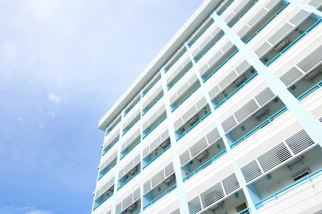 コンドミニアムの建物と青空の背景