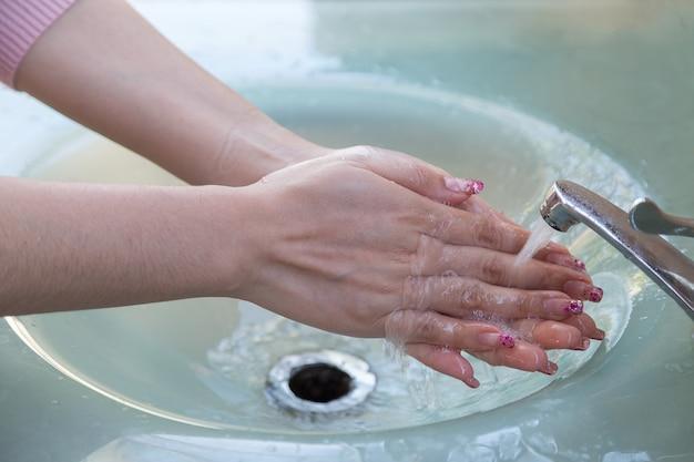 女性は水を飲む前に適切に手を洗う