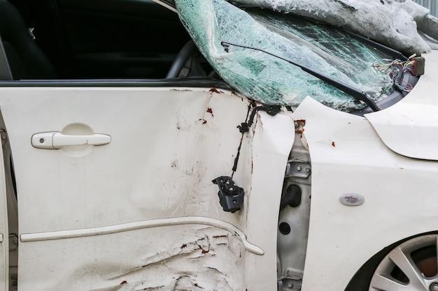 車が事故の後にドアのクラッシュの背景