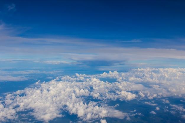 青空の背景に多くの雲