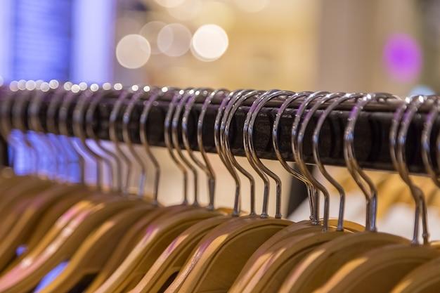 Закройте стойку для одежды с фоном боке