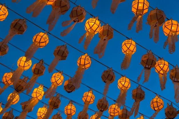 夜のチェンマイタイの白い鵬ランタン