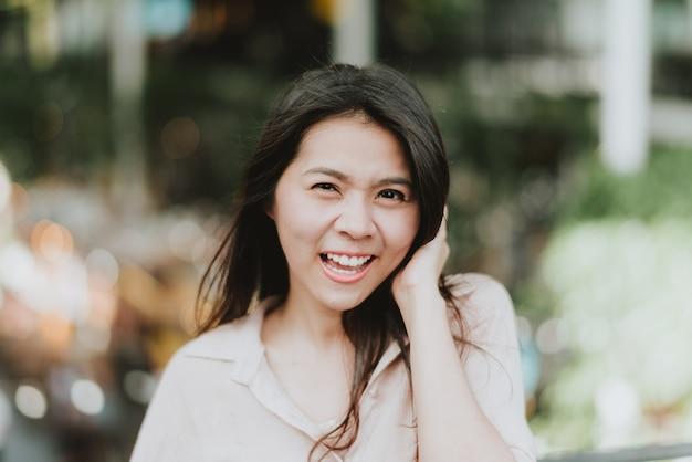 アジア人女性の笑顔と笑い